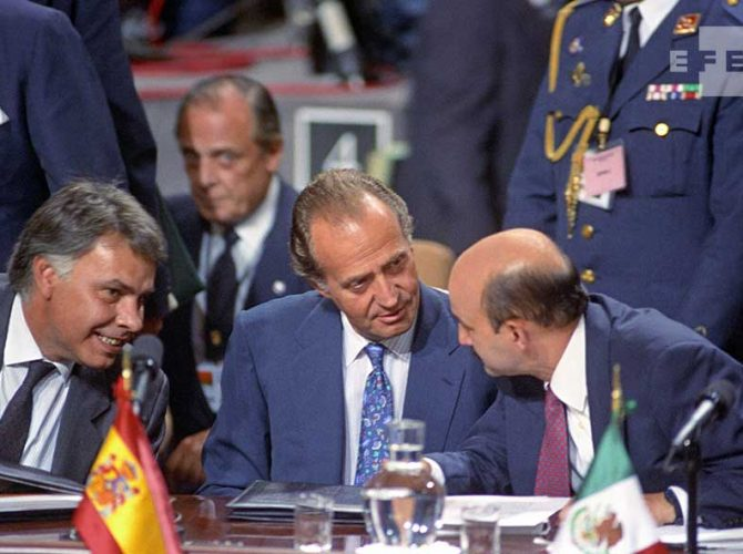 SM Juan Carlos I y el ex presidente Felipe Gonzalez durante la I Cumbre Iberoamericana