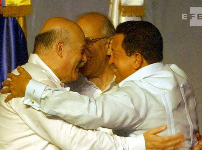 Los presidentes de Paraguay, Luis ángel González Macchi, Nicaragua, Enrique Bolaños y Venezuela, Hugo Chávez se saludan efusivamente al inicio de la XII Cumbre Iberoamericana  en República Dominicana.