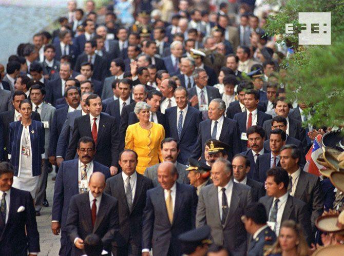 Guadalajara (México), 18-7-1991.- Mandatarios asistentes a la I Cumbre Iberoamericana se dirigen a pie al Teatro Degollado de Guadalajara, después de la sesión de apertura. EFE/Ángel Millán