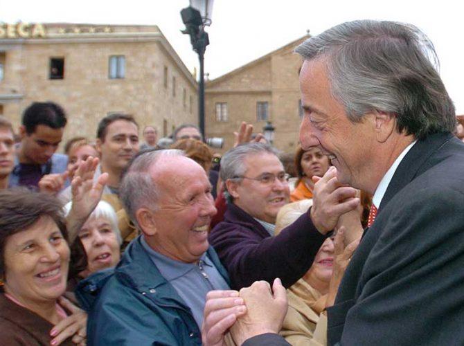 Néstor Kirchner saludando a los ciudadanos durante la Cumbre Iberoamericana de Bariloche (1995)