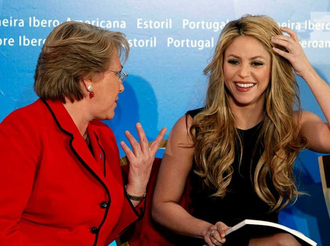 La presidenta de Chile, Michelle Bachelet y la artista colombiana, Shakira, en la Cumbre Iberoamericana de 2009