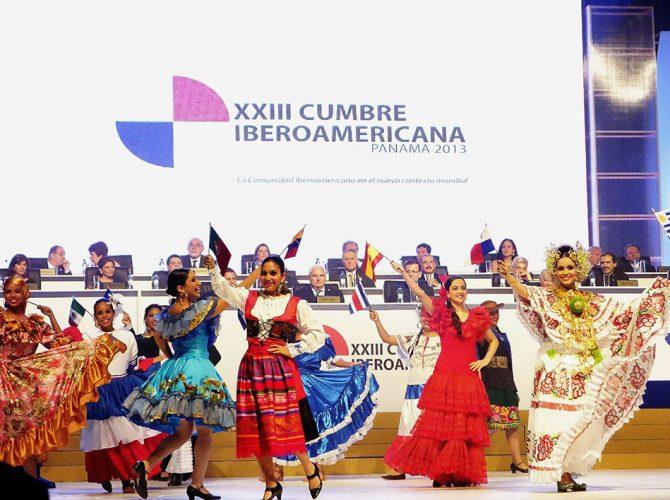 Espetáculo de dança e música na Cúpula do Panamá em 2013