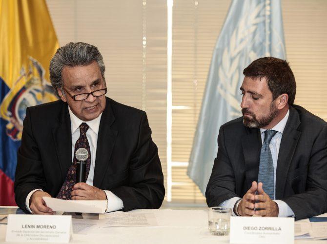 ECUADOR TERREMOTO:QUI10. QUITO (ECUADOR), 16/05/2016.- El enviado especial de las Naciones Unidas sobre Discapacidad Lenin Moreno (i) habla junto al coordinador residente de Naciones Unidas en Ecuador Diego Zorrilla (d) hoy, lunes 16 de mayo de 2016, en Quito (Ecuador). Moreno dijo que cerca de 2.000 personas con discapacidad figuran entre los afectados por el terremoto que sacudió la costa norte de Ecuador en abril y de ellas 392 están en albergues. EFE/José Jácome